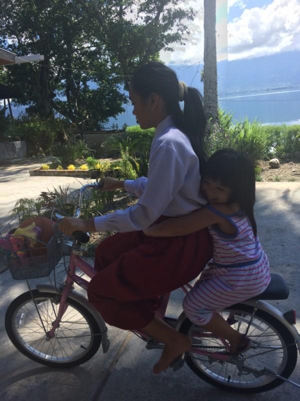 Avi main sepeda di Penginapan di Danau Maninjau