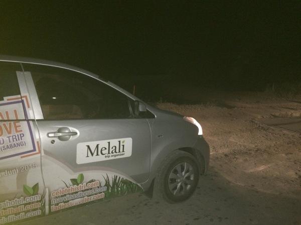 Jalan di Lampung rusak dan berdebu.