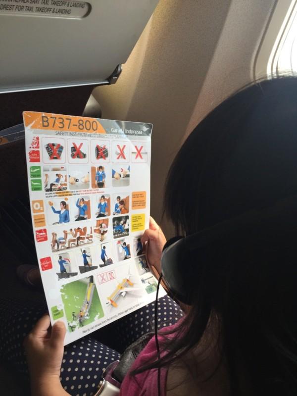 Tiap naik pesawat yang selalu dilihat Avi Kartu Petunjuk Keselamatan